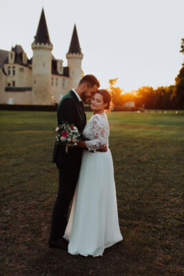 photo de couple au soleil couchant devant le château d'Agassac