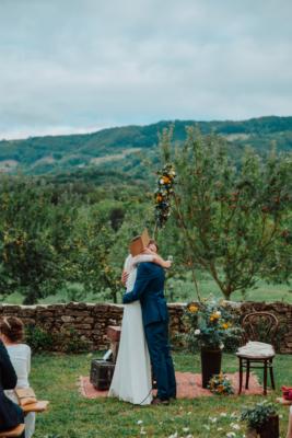 Echange des voeux des mariés sous une arche fleurie