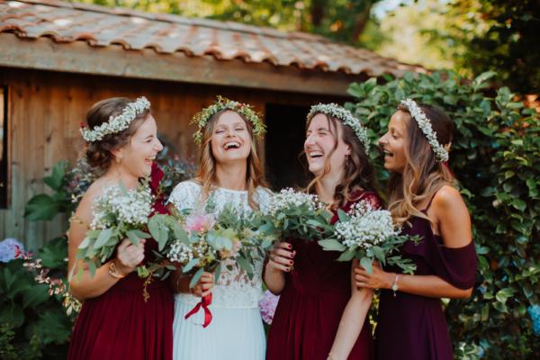 demoiselles d'honneur mariage bohème en train de rire - couronne de fleurs et bouquets robes pourpres