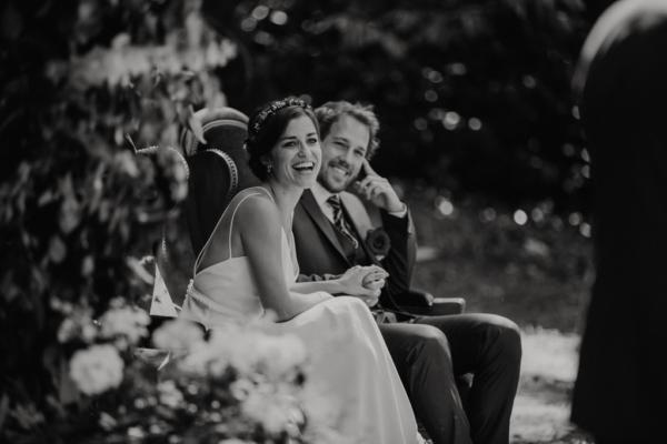Rires des mariés pendant la cérémonie laïque