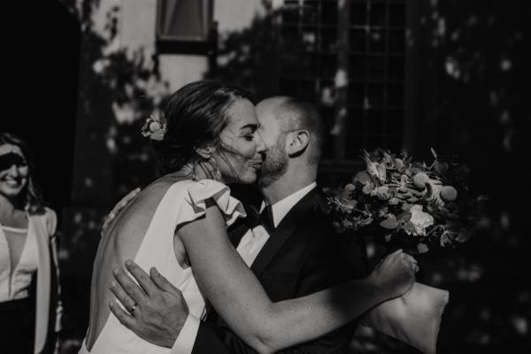 Mariée embrassant les invités