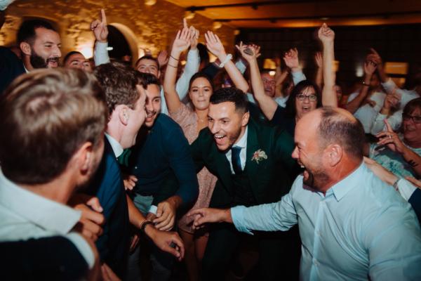 liesse durant la soirée de mariage tout le monde danse