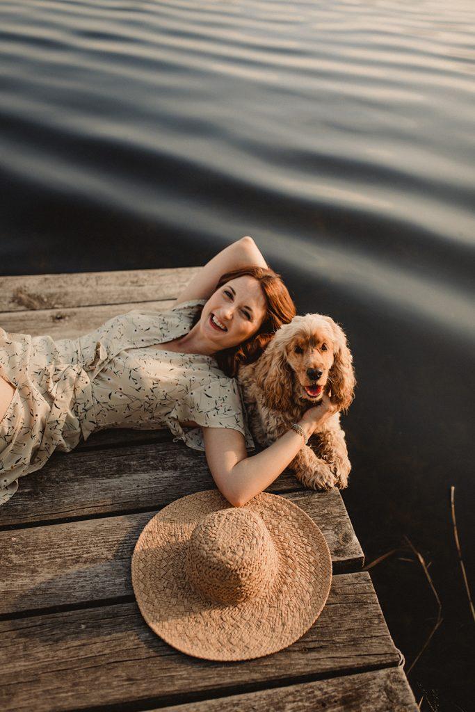 photographe allongée au bord de l'eau avec un cocker