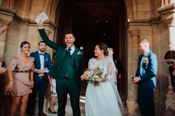 sortie d'église le marié laisse eclater sa joie et la mariée le regarde