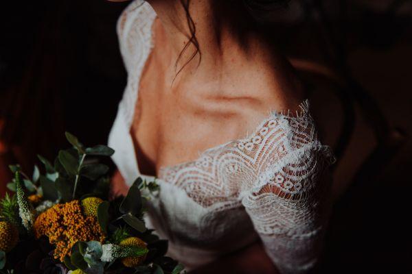 Lumière tamisée sur l'épaule de la future mariée
