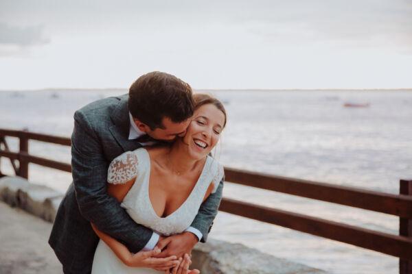 marié qui arrive derrière la mariée - moment de complicité