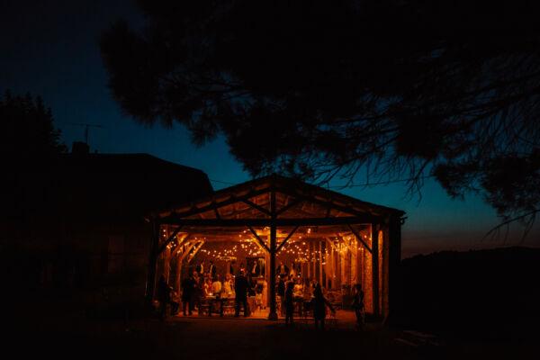 vieille grange pour la salle de réception avec des guirlandes de lumière style champêtre