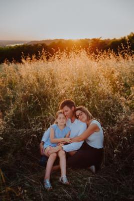 calin en famille au milieu d'un champs