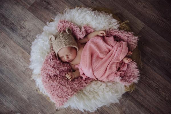 Séance nouveau né dans un panier tout doux