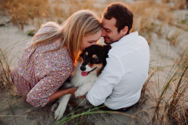 Couple embrassant leur chien