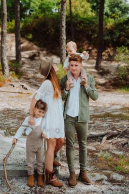 photo de famille des parents et leurs deux garçons