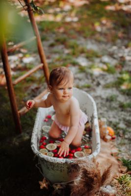 bebe dans une baignoire avec des fruits