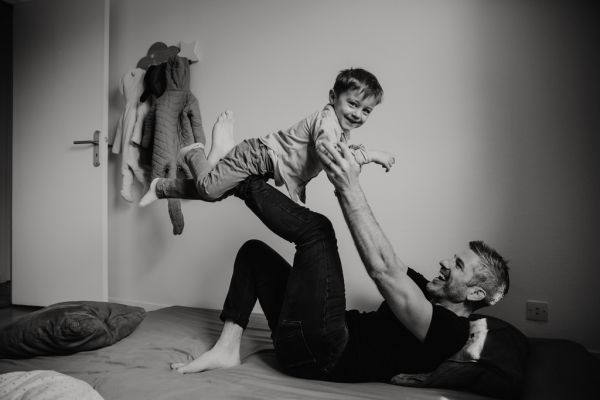 pere et son fils jouant à l'avion
