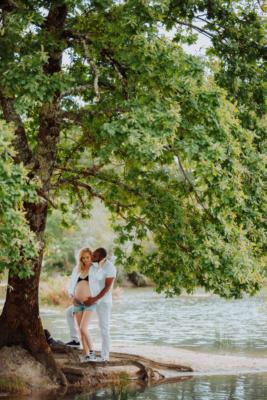 couple sous un arbre s'enlacent - femme enceinte