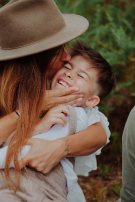 maman en train d'embrasser son petit garçon